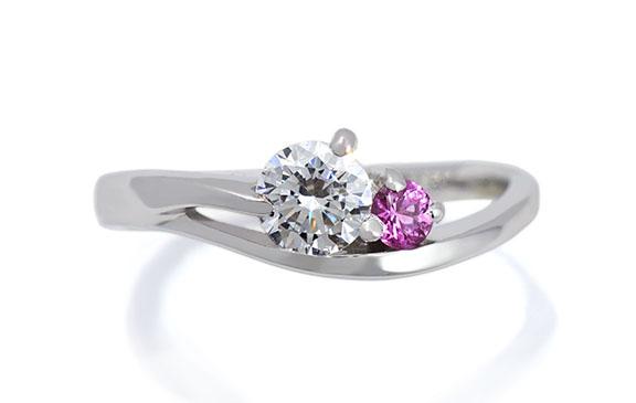 アシンメトリーな曲線が指をひきたてる婚約指輪