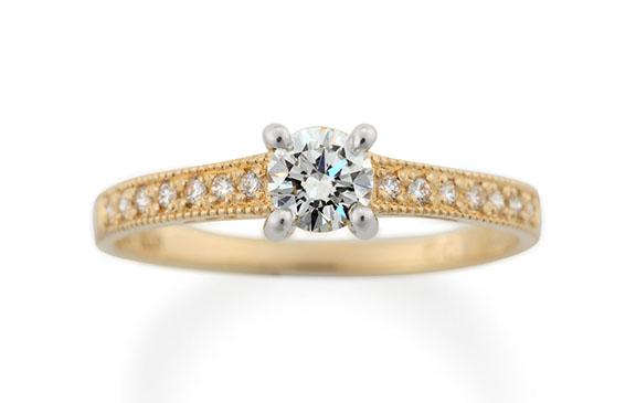ダイヤと手彫りミルが途切れずに輝く婚約指輪