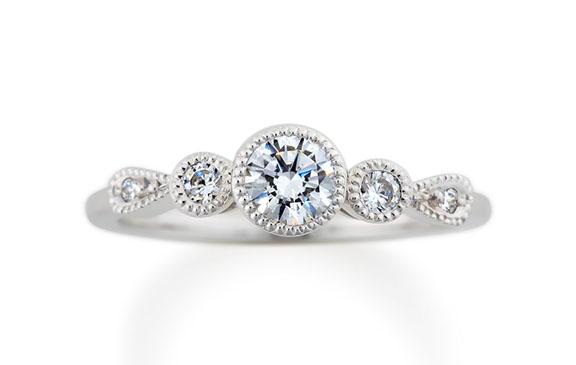 アンティークレースのようなミル打ち婚約指輪