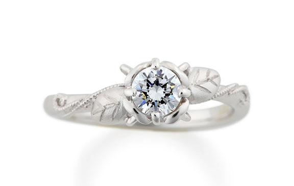 いつまでも咲くダイヤの花の婚約指輪