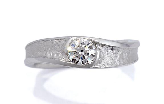 和紙の風合いでダイヤを包んだ婚約指輪
