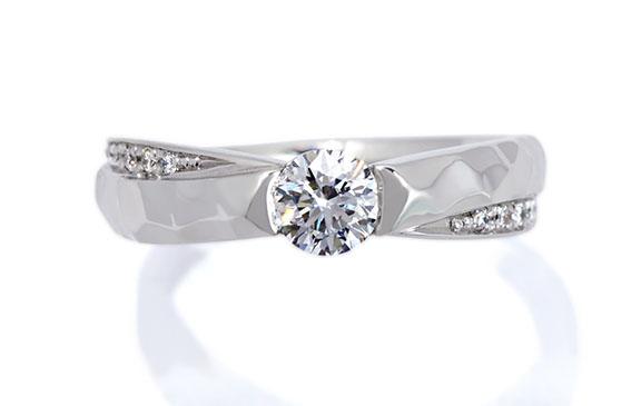ハンマー模様とダイヤがきらめく婚約指輪