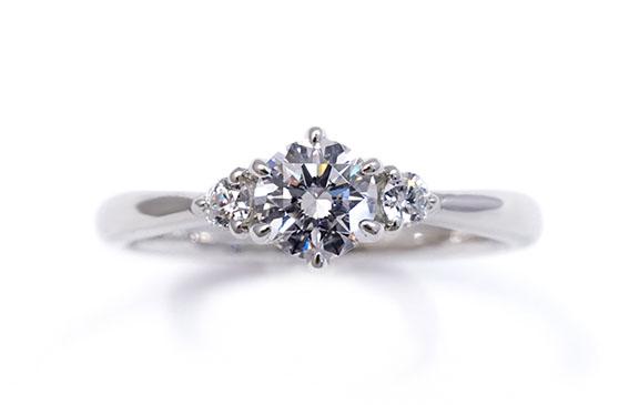3つのダイヤが一つになって輝く婚約指輪