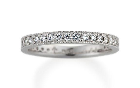 輝きの連鎖に見とれるエタニティータイプの婚約指輪