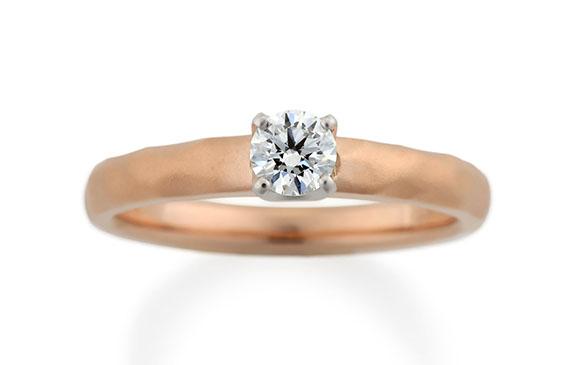 やさしいハンマー模様とつや消しの婚約指輪