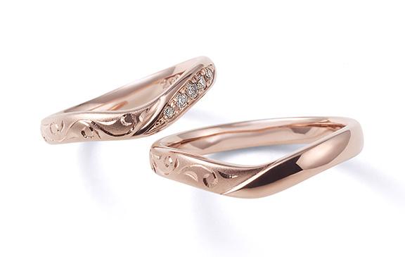 優雅な曲線と永遠を誓う彫刻の結婚指輪 花衣