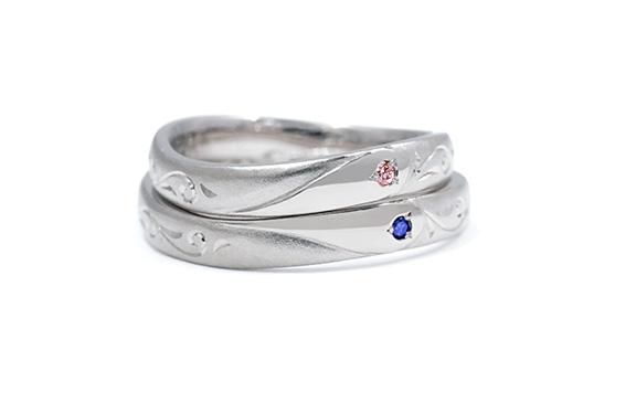 重ねると2種類のハートが浮かぶ結婚指輪