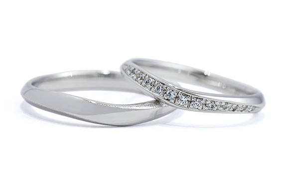 すっきりしたVラインのダイアモンド結婚指輪