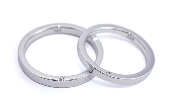 側面のダイヤが穏やかに輝く結婚指輪