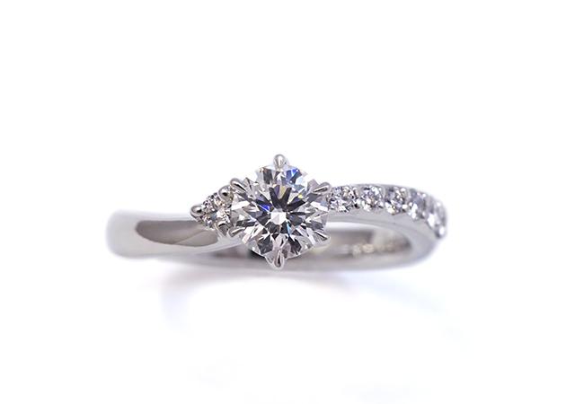 F様 (Pt 2つの印象を楽しめる婚約指輪)
