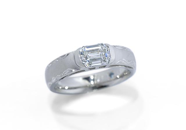 小出篤志・朝倉洋子様 (Pt エメラルドカットと彫刻の婚約指輪)